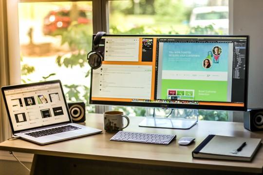 Un espace de travail avec un écran de 34 pouces !