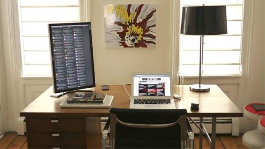 Un espace de travail avec un écran vertical