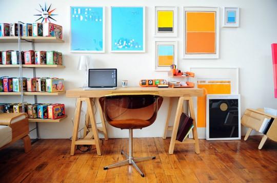Un espace de travail simple et lumineux